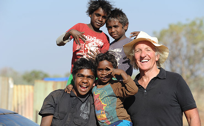 John Pilger, during shooting for the film Utopia. This picture was taken at Irrultja, a small community in the Utopia homelands in Central Australia. Image: New Matilda