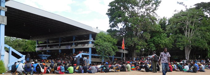 Students crowd the main forum area of the University of PNG this afternoon for the meeting with MPs and senior police officers. Image: Citizen Journalist