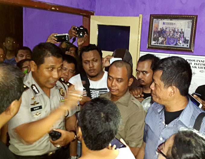 Yogyakarta City Police head of operations Commander Sigit Haryadi argues at the Yogyakarta Alliance of Indonesian Journalists office prior to the shutting down of World Press Freedom Day celebrations on Tuesday. Image: Bambang Muryanto/Jakarta Post