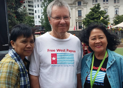 Retired Green MP Keith Locke, an outspoken supporter of West Papuans, with Philippine Center for Investigative Journalism (PCIJ) executive director Malou Mangahas (left) and the Pacific Media Centre's Del Abcede. Image: Cafe Pacific