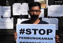 Protesting Indonesian journalist