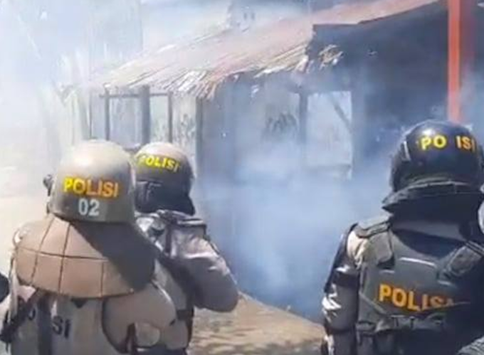 ndonesian police fire tear gas at Papuans