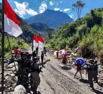 Indonesian flags near Freeport 150821