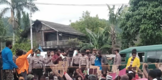 Peaceful protesters supporting the Papuan People's Petition confront Indonesian police