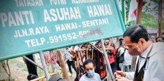 President Joko Widodo buys traditional noken